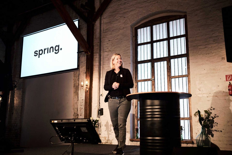 Vorstellung des Logos Spring bei Mitarbeiterversammlung