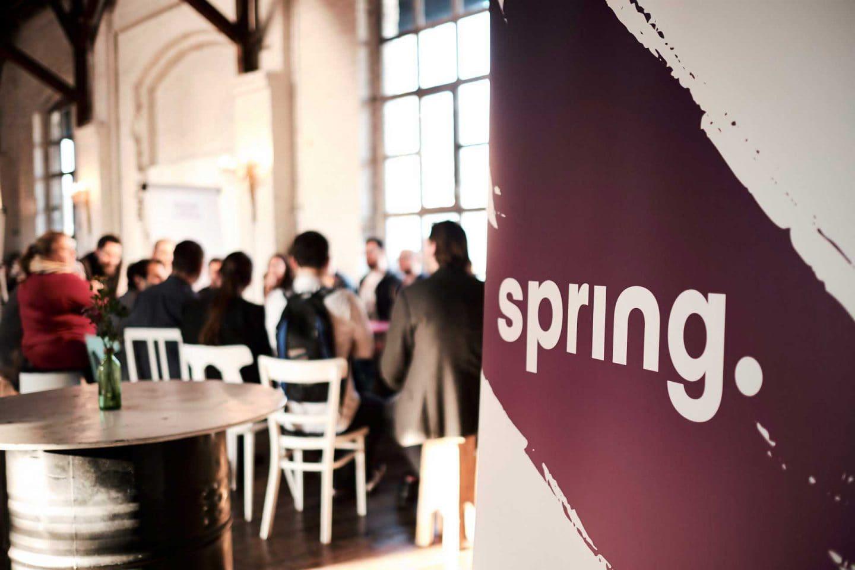 Logo-Tafel Spring bei Mitarbeiterversammlung